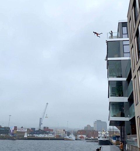 BALKONGHOPP: Emil Lybekk i svevet fra en 22 meter høy balkong i Kristiansand nylig