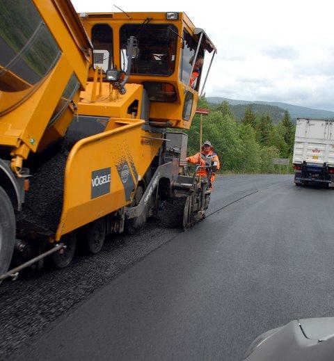 Asfalt: Det er kun E16 som får nytt asfaltdekke i Valdres i sommer, ?ellers blir det flate-?lapping.?FOTO: Trygve Lien.