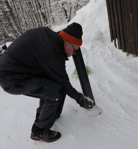 Flytt plastrøyret med snøen forsiktig over på ei vekt - utan å miste snø.