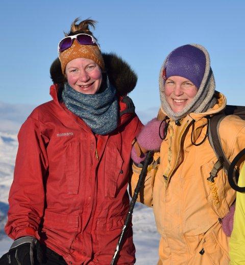 Systrene Randi (t.v.) og Marit Ødegården er både turmenneske og handarbeidsentusiastar.