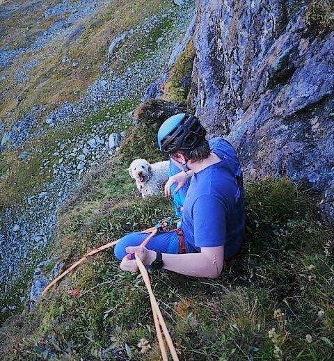 Firte seg ned: Theodor Reitan (bildet) og Andreas Dahl nærmer seg her hunden Alba på fjellhylla. Under dem er det 100 meter rett ned i avgrunnen.