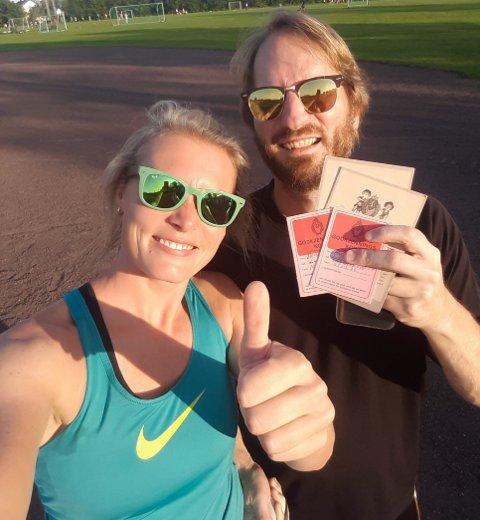 REAGERER: Anne Skottvåg og mannen Alexander Holt Skottvåg smiler etter å ha tatt idrettsmerket for 16. og 15. gang på Hvitstein stadion. Premiene falt derimot ikke i smak.