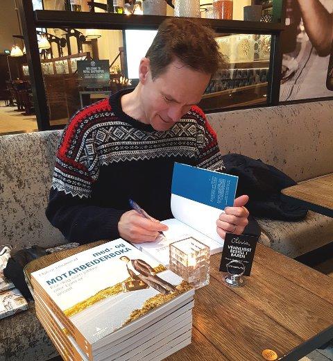 BOKAKTUELL: Halvor Haukeruds skråblikk på arbeidslivet er blitt bok. Bildet er tatt under en boksignering i desember.