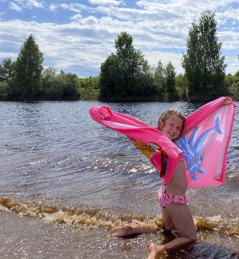 BADEKOS: Emily koser seg på Færderstranda på Flisa. Emma Meldahl har tatt bildet.