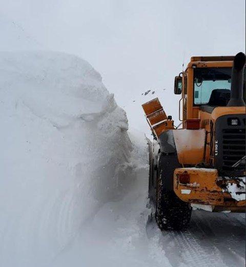 Store snømengder måtte fjernes før riksveg 15 mellom Skjåk og Stryn kunne åpnes etter påske.