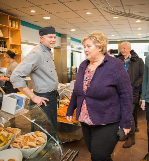 PÅ BESØK: Erna Solberg tok seg god tid inne på Knustad & Holen.