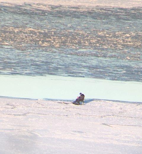 ISFISKE: Lørdag satt en person og fisket i Mossesundet.