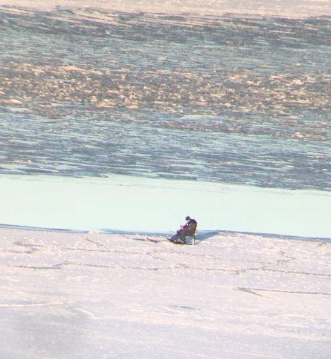 SJANSER: Isfiskeren satt kun få meter fra åpent vann i Mossesundet lørdag.
