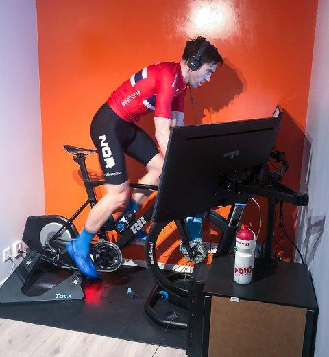 I GARASJEN: Slik ser det ut når Vidar Mehl sykler på Zwift-portalen -hjemme i Hunndalen. Nå har han fått kontrakt med ett av verdens største proffsykkellag; Movistar.