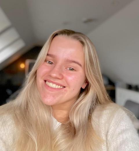 Kaja Hammer (16) har testet positivt for korona, men tar det heldigvis med et smil.