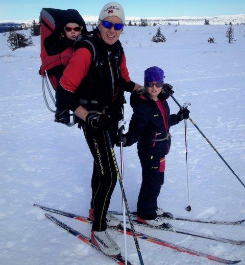 1000 gonger: Torodd Lybeck passerte sist fredag 1000 turar til Skardåsen på skitur. Her har han med seg barnebarna Oda, no 13 år og Ola, no sju år. Her var dei åtte og to år gamle, i 2015.