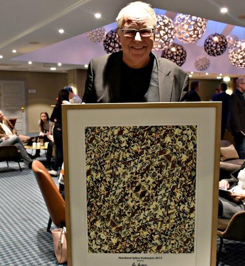 Vinner av Kulturprisen 2017, Roy Jacobsen. Her med diplom laget av Espen Tversland.