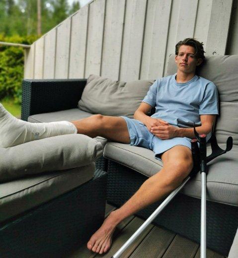 SKADET: Erik Stavås Skistad oppholder seg hjemme på Konnerud med høyrebeinet i gips.