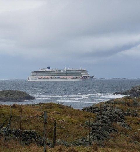 """PÅ VEI """"HJEM"""": MS «Iona» har i vinter hatt Haugesund som tilholdssted. Her er skipet fotografert fra Feøy med Urter i bakgrunnen."""