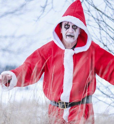 «METAL-GRINCHEN» ROCKER JULA INN: Hydro-tillitsvalgt                                Rolf Arnesen feirer jul slik det seg hør og bør for en hardrock-fan: med mye rock'n'roll.