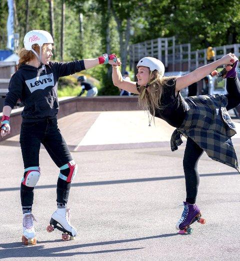 Marianne Kleiva og Minna Frednes koser seg på rulleskøyter.