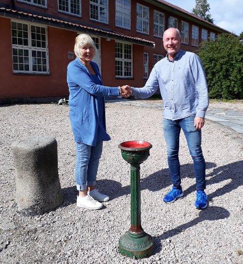GJENFORENT: Drikkefontenen er tilbake på Borgarsyssel Museum. Fra venstre Gunn Mona Ekornes og Trond Karlsen.