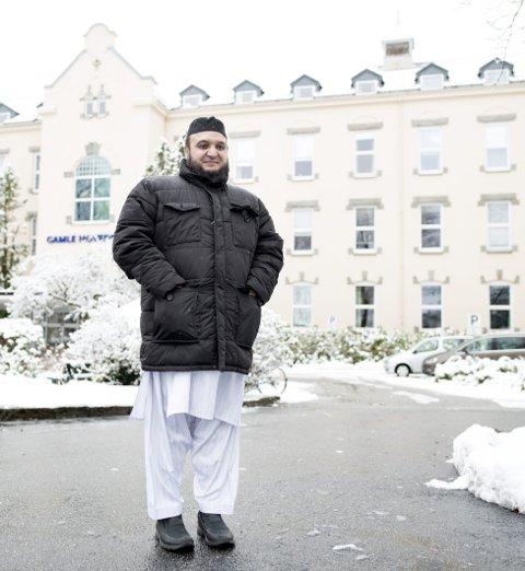 FØRST: Azeem Mohammad har siden 1996 vært imam ved Bergens Moské. Nå er 44-åringen blitt ansatt ved Helse Vest i en 20 prosent stilling. – Han skal hjelpe til med å oppklare misforståelser, sier sjef for sykehusprestene, Liv Ingrid Svela. FOTO: SKJALG EKELAND