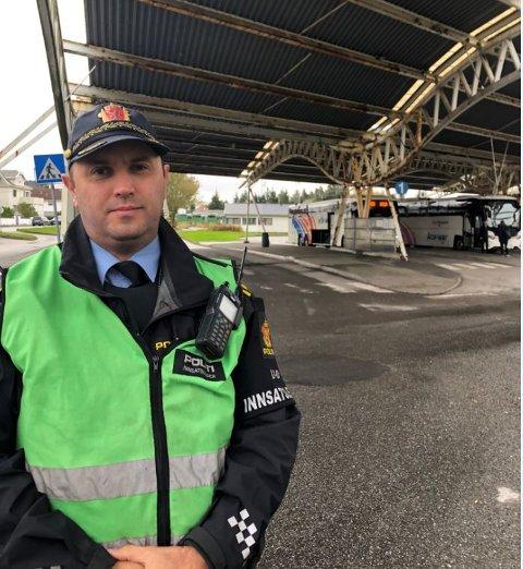 INNSATSLEDER: Fritz Arne Lilleskog og politiet gjør undersøkelser på Flotmyr. - Nå har vi fått klarert at det ikke er noen bomber og passasjerene for lov å gå om bord i bussen igjen og kjøre videre, sier han.