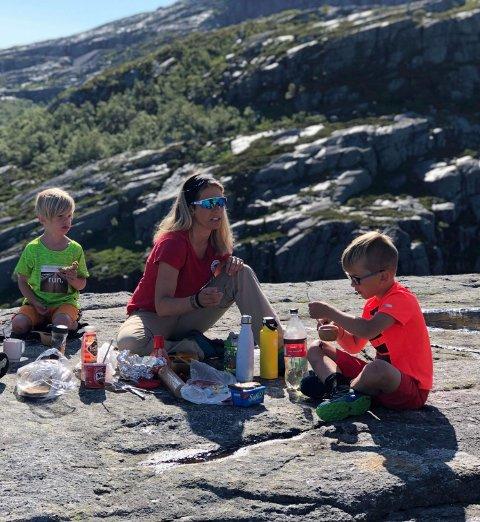 IDYLL: Marte Dale sammen med sønnene Elvin (5) og Arvid (snart 8) Dale Erga.
