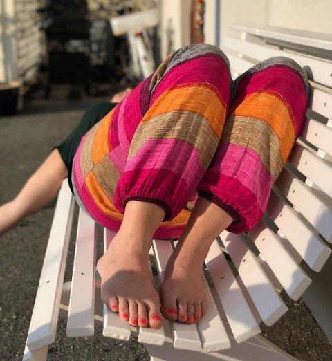 – Vårbukse og vårmodus, skriv fotografen Vigdis Anne Dyrkolbotn om dette bildet av dottera si som ho har lagt på Instagram og merka med #kvinnheringen. Har du fine bilde frå desse herlege, varme dagane blir vi glade om du sender dei til oss!