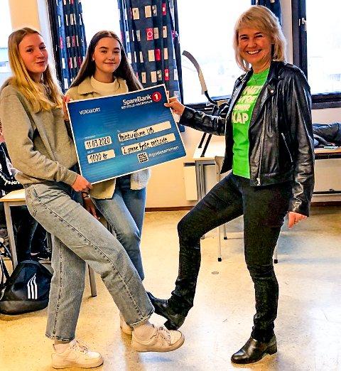 På grunn av koronasmitten fothilser Mathea Marie Karlsen Engevold og Eline Konstanse Carlsen Finnestad på Irene Bergsland fra Ungt Entreprenørskap i Østfold.