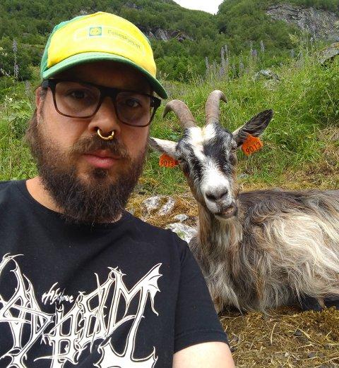 INTERESSER: Jøran Elvestad frå Stavanger er interessert i både black metal, natur, økologisk landbruk og spesielt fascinert av geiter; her er alle moment representerte.