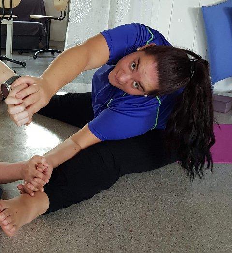 Yoga er en av fagene Hege Tørres Berntsen tar på Skogn Folkehøgskole. Her går undervisningen som normalt.