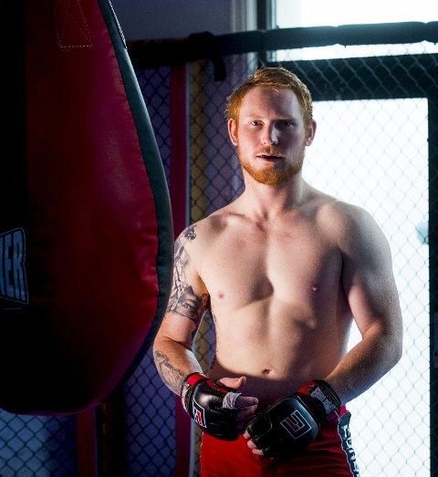 Ubeseiret i buret: Thomas Robertsen fra Rolvsøy, med hjemmeklubb i Sarpsborg Chi Kickboxing og MMA, er klar for større oppgaver. Han har fem strake seire som profesjonell.foto: erik hagen