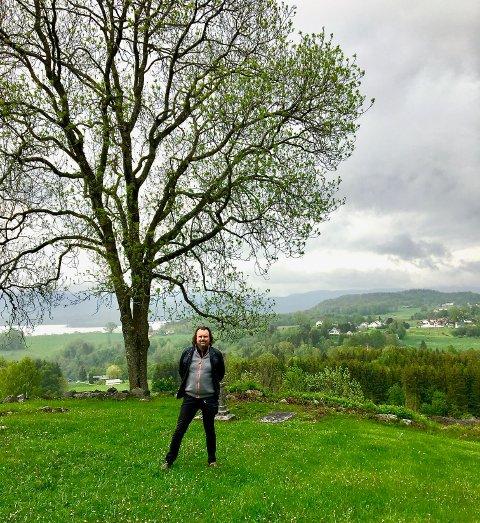 Jeg har alltid hatt en stor forkjærlighet til trær. Her er jeg ved Holla kirkeruin på Ulefoss i juni i år.