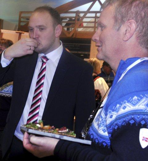 SERVERT: Landbruks- og matminister Jon Georg Dale ble servert av Tor Egil Torp da han gikk rundt på Grüne Woche.