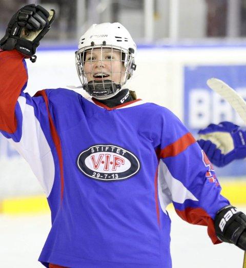 PÅ BANEN: Nora Christophersen trives aller best når hun er på isen. Her i aksjon i eliteserien for Vålerenga sitt damelag. Foto: Frode Myhre