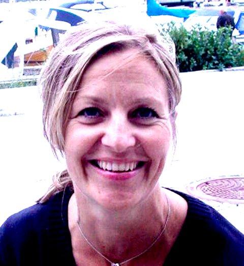 LØSER DET ANNERLEDES: – Vi oppdaterer fortløpende. Hvis noen trenger ny BankID-brikke, så ber vi om pass, sier Anette Henning i Berg sparebank.