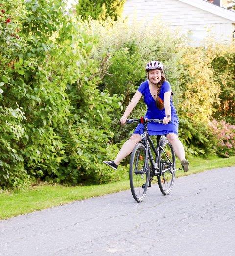 JUBLER: Ruth Marie Dahl Jensen fikk sykkelen tilbake dagen etter at den ble stjålet fra Sørumsand stasjon. - Veldig moro at det endte sånn!Begge foto: Torill Funderud