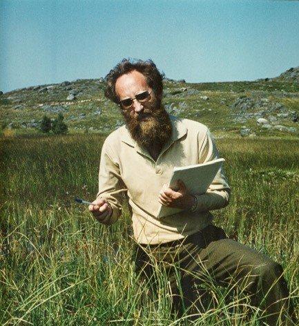 Den unge botanikeren Kåre A. Lye registrerer artsmangfold i ei starr-rik myr. Kanskje det var her hans globale vitenskapelige engasjement for den mangfoldige starrfamilien startet?