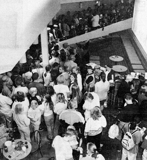 FOLKEMYLDER: Køene har vært mange og lange, siden kinoen gjenåpnet sist tirsdag. Totalt har 3250 personer vært på kino de siste seks dagene. Fem ganger har forestillingene vært utsolgt!