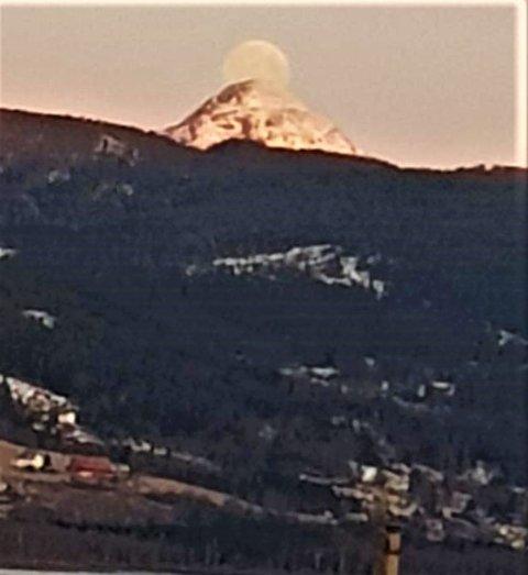 VAKKERT: Det framsto som vakkert da månen hang på den markerte fjelltoppen 1066 meter over havet.