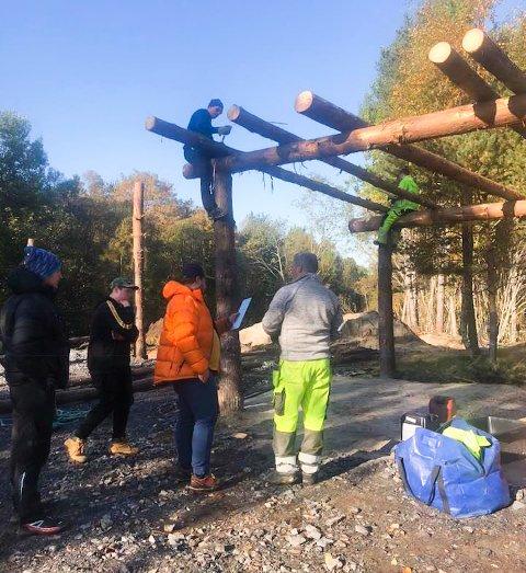 DUGNAD: Folk stiller opp på dugnad for å bygge tak over foringstasjonen til Bente Kjøl sine hester før vinteren setter inn.