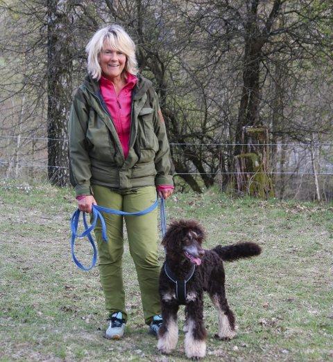 Ønsket om hund var så sterkt at Hege Bjerkseth sto på venteliste i flere land. Til slutt fikk hun kongepuddelsen Luine fra Polen.