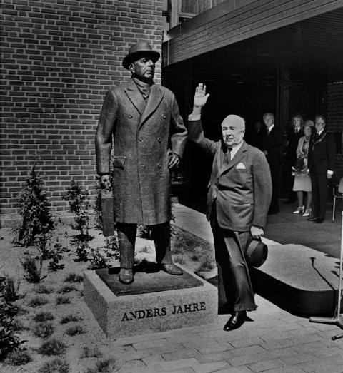 Innvielse av Hjertnes i Sandefjord 1975, Anders Jahre hilser til folket etter avduking av statue av ham 21 JUNI 1975. Helt til h Ordfører Sven Bilov-Olsen. FOTO:PER MOE