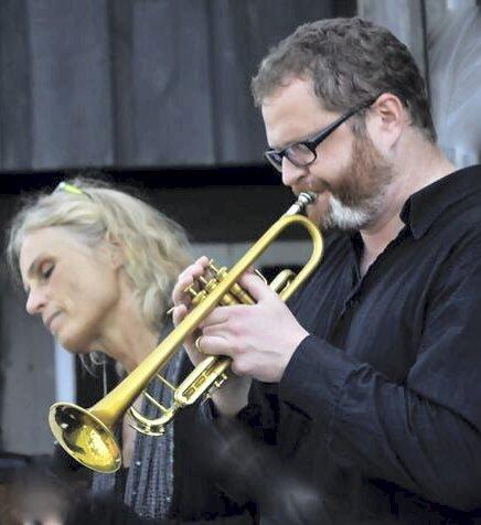 Lavmælt: Med utgangspunkt i sine kritikerroste cd-er «Sakte Sanger» og «Helt nær» har Anne Lande arbeidet fram en konsertprogram til allehelgensmarkerinen – om avskjeder, savn og overganger. Ole Jørn Myklebust deltar med trompet og vokal.