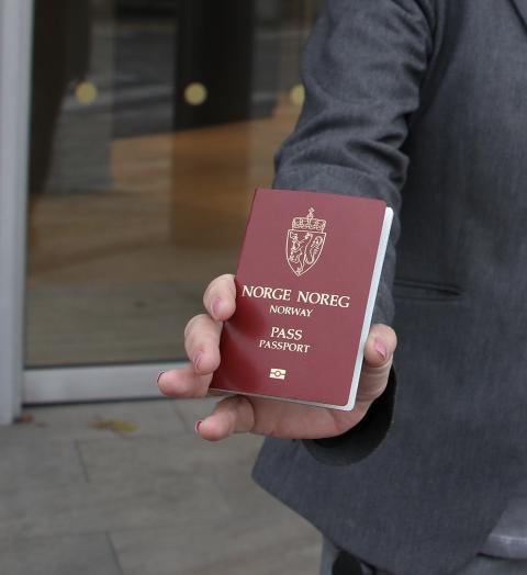 Bankenes krav til å få bekreftet sikker identitet for sine kunder har ført til rush etter pass.