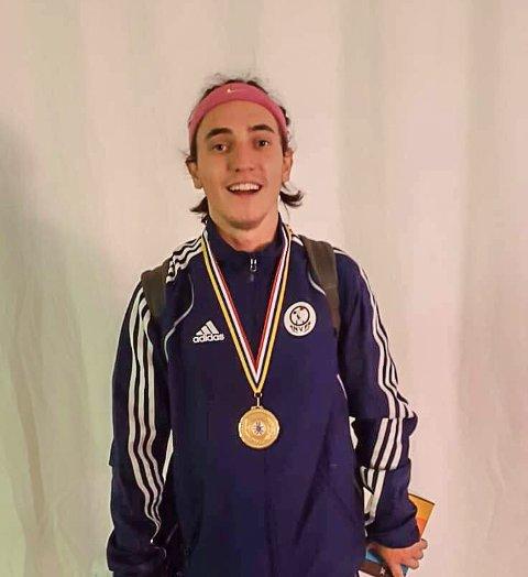 MED BEVISET: Robert Andre Moldestad tok gull i juniorklassen i vektløfting under Nordisk meisterskap.
