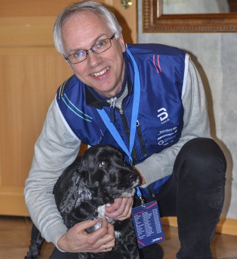 ROER NED: Jan Helge har planer om å roe ned når han om kort tid er ferdig med etterarbeidet for NM. Da blir det mer tid til familie og venner, og til å ta med hunden Felix ut på tur.