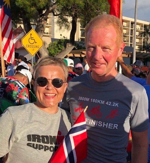 STØTTE: - Uten Anne sin støtte hadde jeg aldri klart å gjennomføre Ironman på Hawaii, sier Morten Røsaasen. Dette bildet er fra Nations Parade, noen dager før det uoffisielle VM i Trialon.