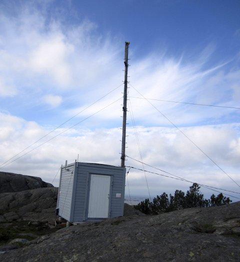 PÅ HØYDEN: En liten hytte og en mast på toppen av Rambaskårsfjellet.