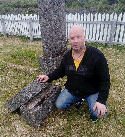 NOE BØR GJØRES: Oddbjørn Hansen er opptatt av kirkegården i Mehamn. Han synes det er trist med gravstøtter som ligger nede, spesielt de med størst historisk verdi.