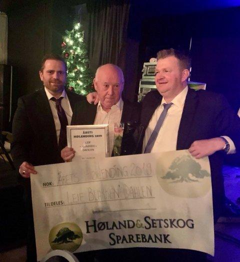 DOBBELTVINNER: Leif Dahlen, her flankert av Jon Arne Bergersen (t.v.) og Tom Erik Halvorsen fra HIULs styre, ble Årets hølending i 2019 og vant samtidig Æresmedlemmenes pris.