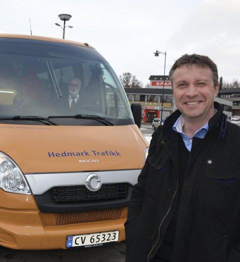 TA BUSSEN: Hedmark Trafikk-sjef Arne Fredheim minner om at det går buss mellom Elverum og Hamar hver halvtime.