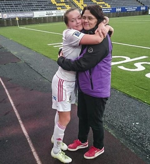 MAMMATREFF: Etter kampen og 3-0-scoringen i kvaliken mot Grand lørdag, var det godt å treffe mamma igjen og få en god klem. Foto: Christer Anfindsen